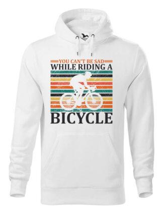 """Biała, wkładana bluza męska typu """"kangur"""", z nadrukiem kolarza szosowego na tle kolorowych pasów. Całość opatrzona napisem You Can't Be Sad While Riding A Bicycle."""