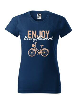 Granatowa koszulka damska z krótkim rękawem. Beżowo-biały napis Enjoy Every Moment oraz rysunek roweru miejskiego.