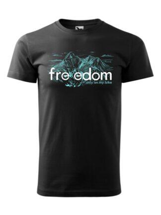 Czarna koszulka męska z krótkim rękawem. Błękitny nadruk roweru MTB wkomponowanego w napis Freedom. W tle rysunek kreskowy wysokich gór.