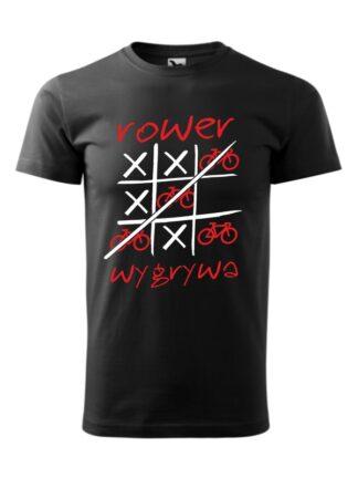 Czarna koszulka męska z krótkim rękawem i czerwono-białym nadrukiem Rower Wygrywa. Na nadruku ilustracja pola do gry w kółko i krzyżyk, z symbolem roweru zastępującym koło.