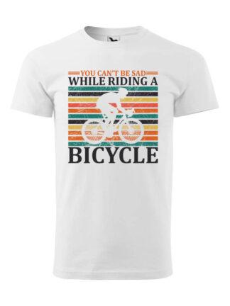 Biała koszulka męska z krótkim rękawem i nadrukiem kolarza szosowego na tle kolorowych pasów. Całość opatrzona napisem You Can't Be Sad While Riding A Bicycle.