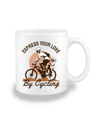 Biały kubek ceramiczny z kolorowym nadrukiem rowerzysty z dzieckiem w siedzisku. Grafika opatrzona napisem Express Your Love By Cycling.