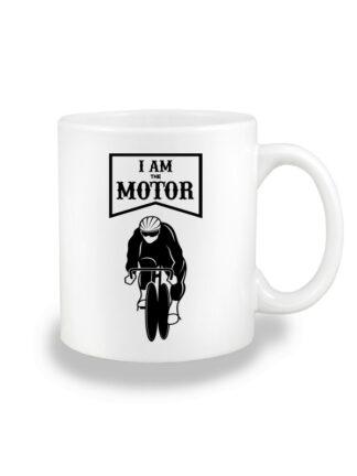 Biały kubek ceramiczny z czarnym nadrukiem kolarza torowego oraz napisem I Am The Motor.