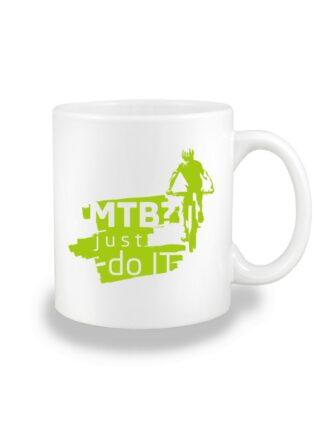 Biały kubek ceramiczny z zielonym nadrukiem kolarza MTB oraz napisem MTB? Just Do It.