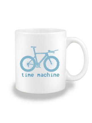 Biały kubek ceramiczny z niebieską grafiką roweru czasowego oraz napisem Time Machine.
