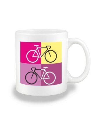 Biały kubek ceramiczny z sylwetką rowerów szosowych na tle kolorowych kwadratów.